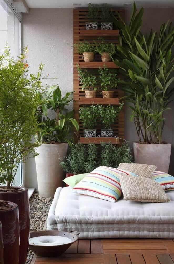 Varanda com jardim vertical e vasos de plantas