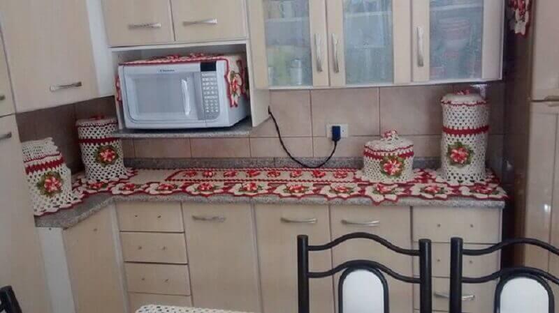 Cozinha decorada com jogo de cozinha de crochê