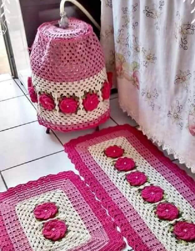 jogo de cozinha em crochê com flores grandes e rosas