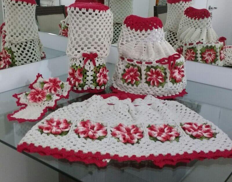 jogo de cozinha em crochê com flores vermelhas