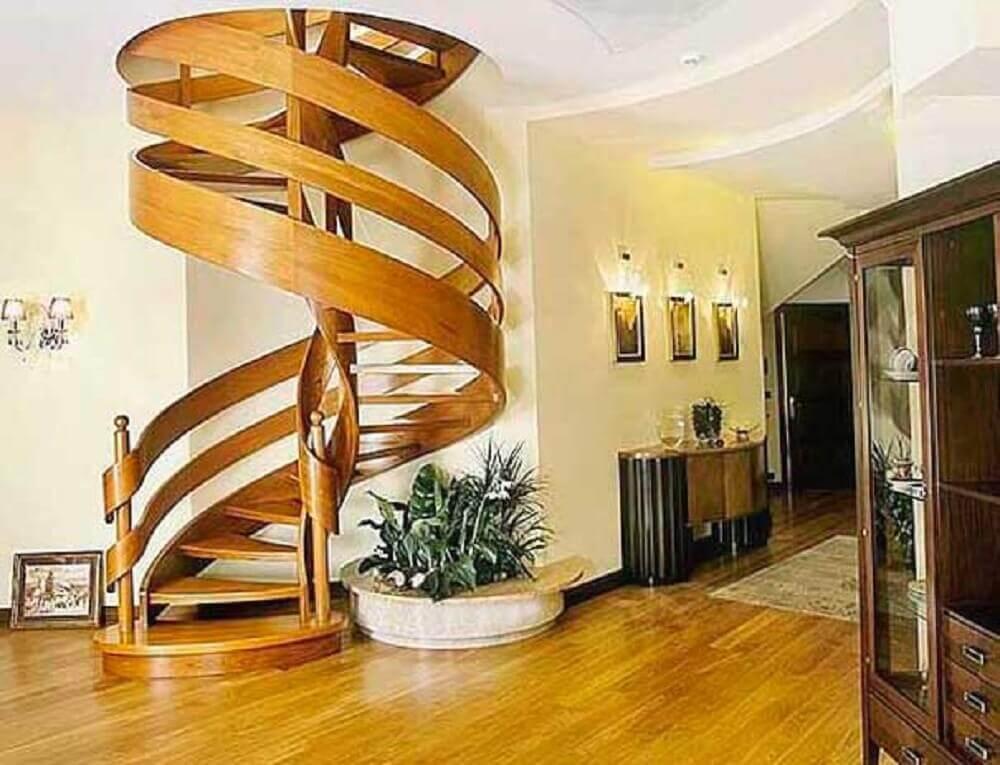linda escada caracol de madeira decoração rústica
