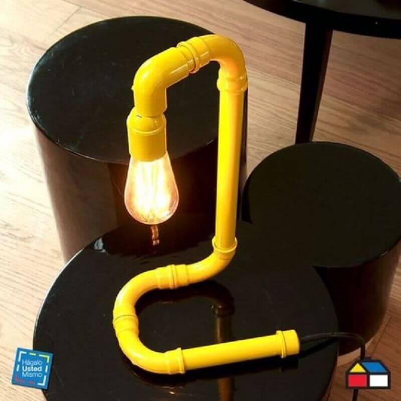 luminária de PVC amarela