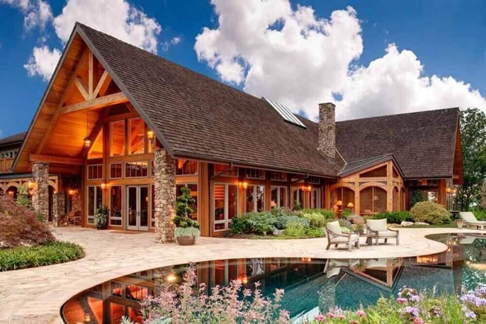 mansão com fachada de madeira e vidro