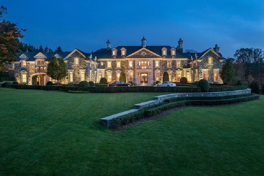 mansão com grande jardim
