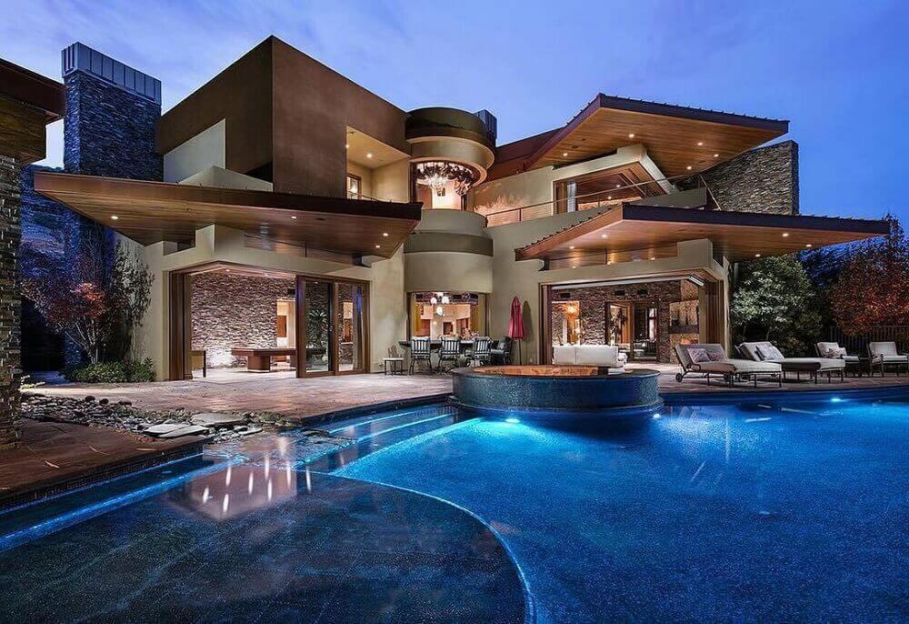 mansão com piscina iluminada