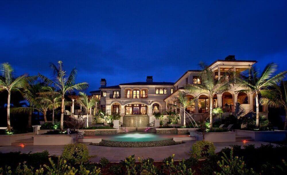 mansão de luxo com jardim tropical