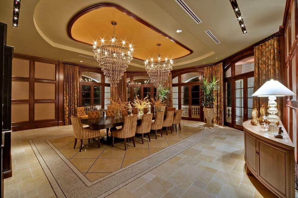 mansão de luxo com lustre de cristal