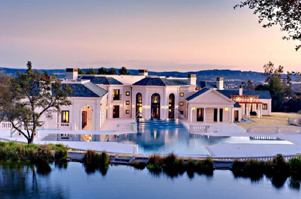 mansão de luxo toda branca