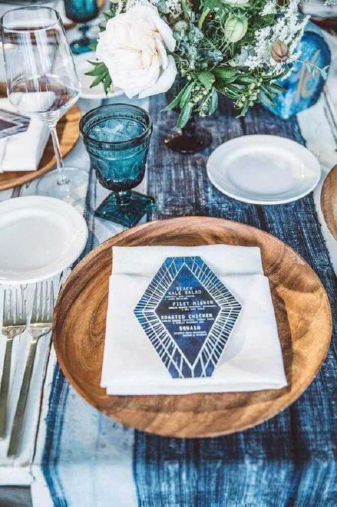 mesa azul e branca com sousplat de madeira