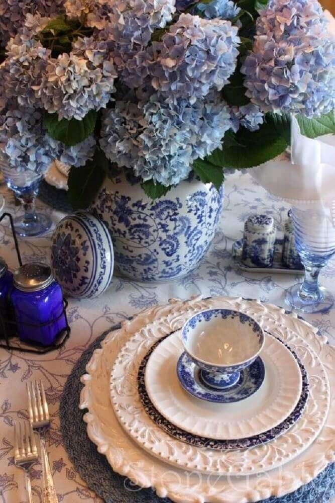 mesa com sousplat azul
