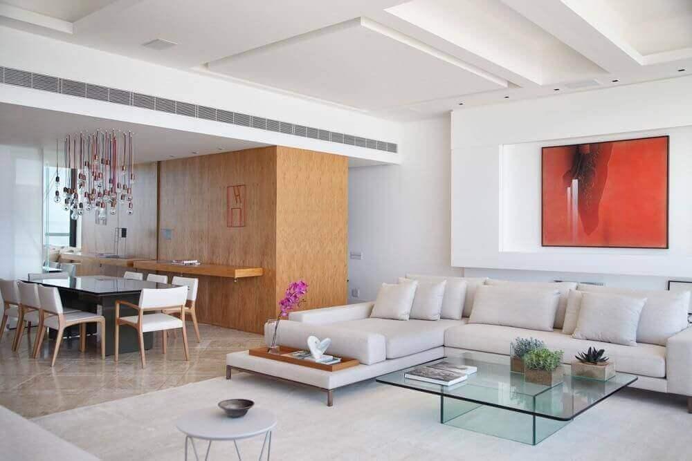 sala de estar moderna com mesa de centro de vidro