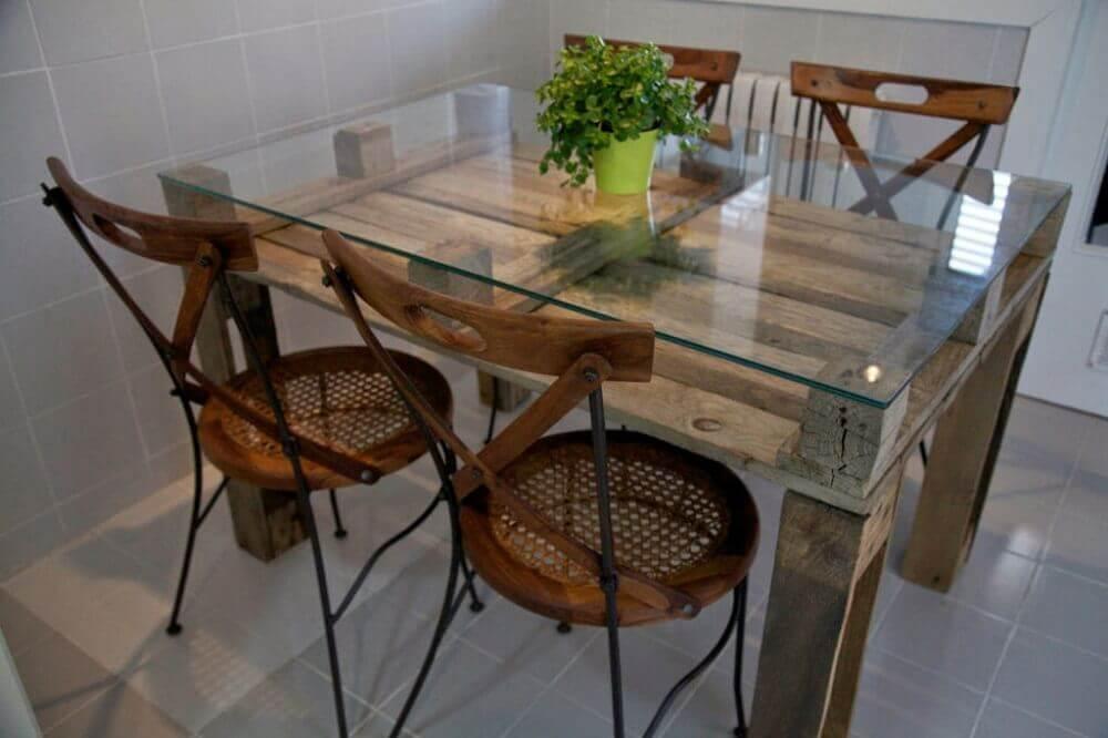 mesa de jantar de pallet com tampo de vidro