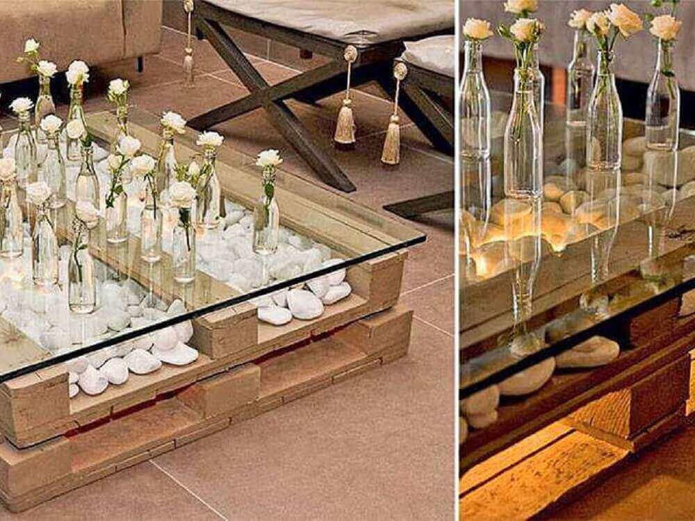 Mesa de pallet com tampo de vidro para festa de casamento.