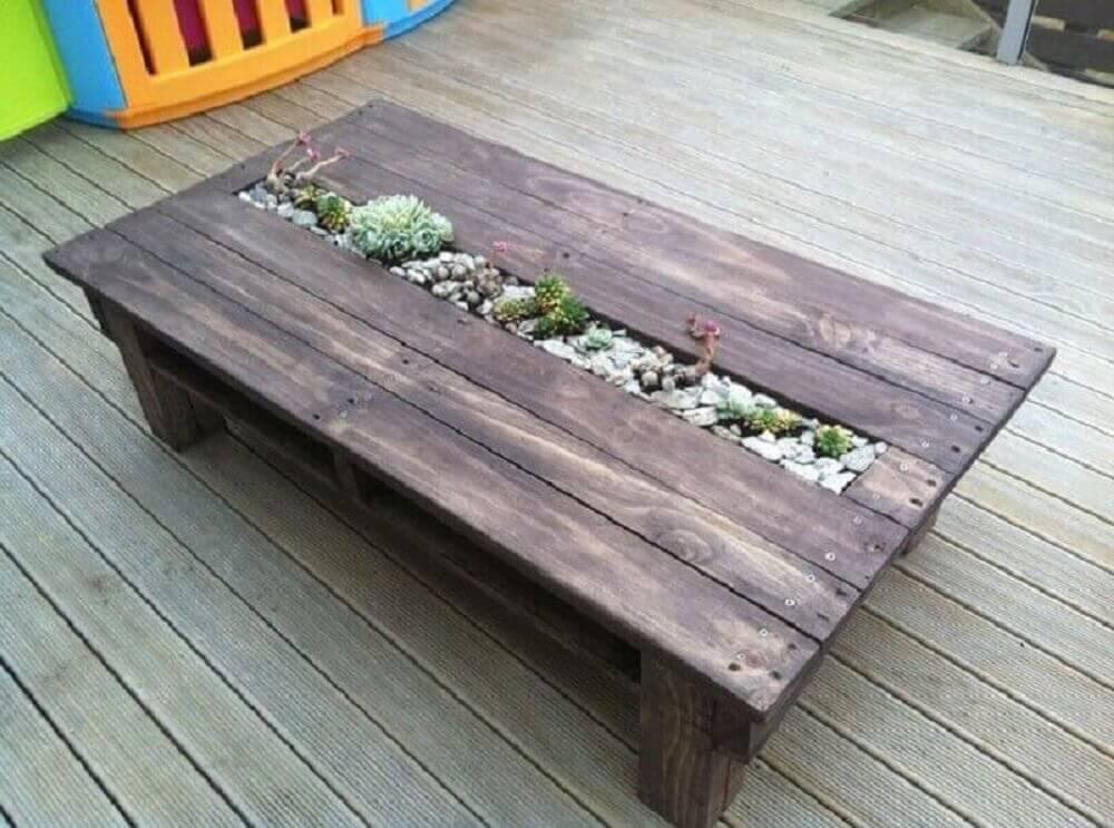 mesa de pallet com jardim de suculentas