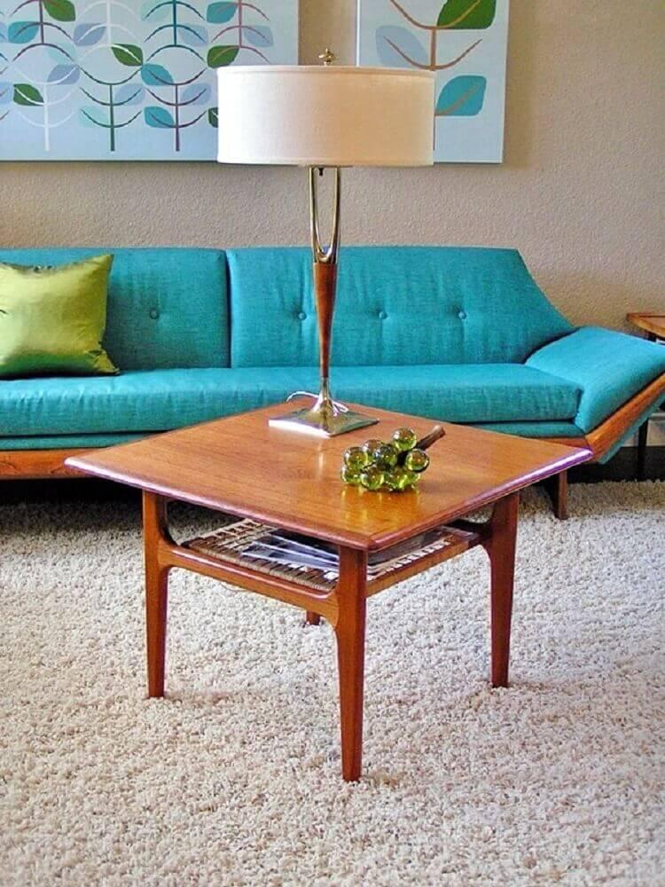 sala com sofá azul turquesa e mesa de centro de madeira