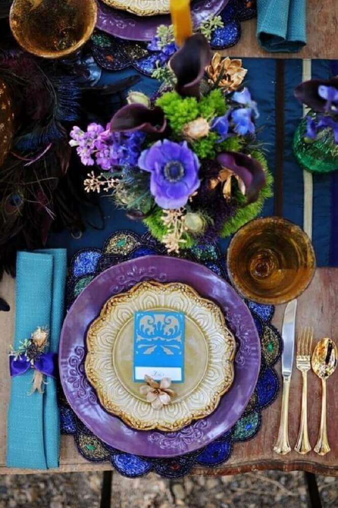 sofisticada decoração de mesa com sousplat. colorido