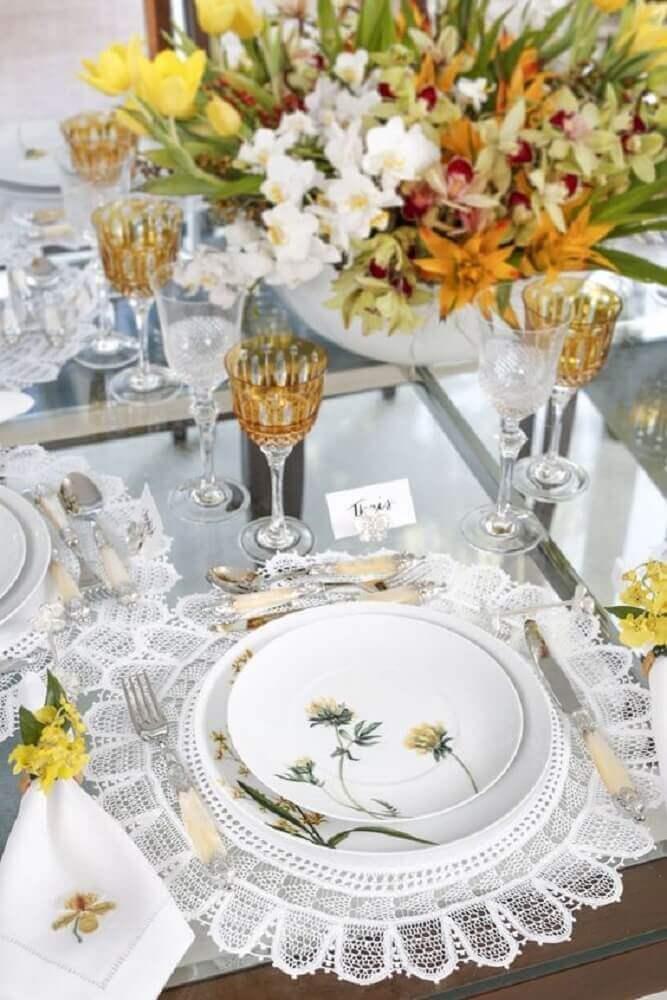 decoração de mesa delicada com sousplat de renda