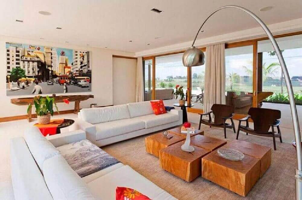 Sala de estar decorada com elementos modernos e rústicos como a modelos de mesa de centro de madeira