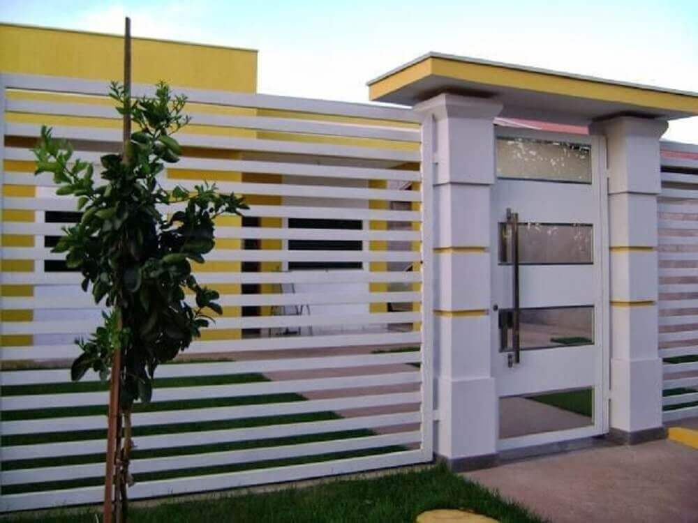 Muros de casas com barras de ferro pintadas de branco