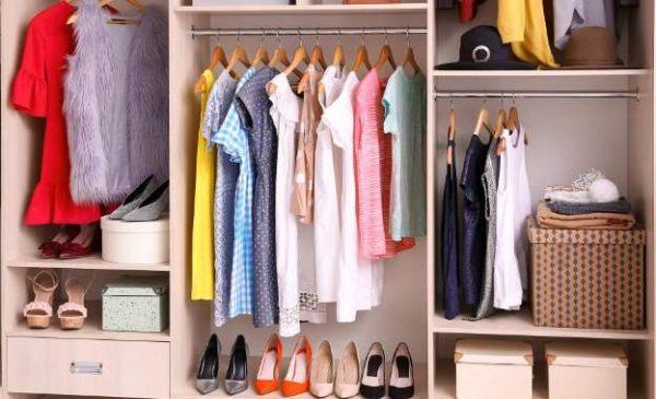 Como organizar guarda roupa?