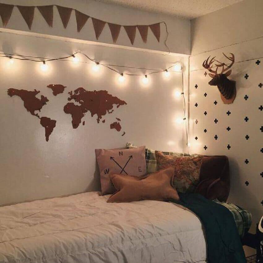 pisca pisca no quarto decorado com mapa e bandeirinhas