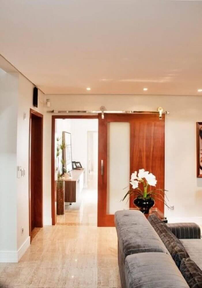 porta de correr de madeira com detalhe de vidro
