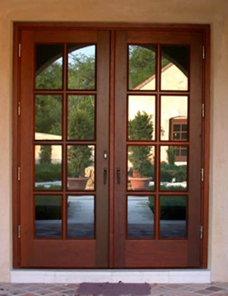 porta de madeira com vidro e duas folhas