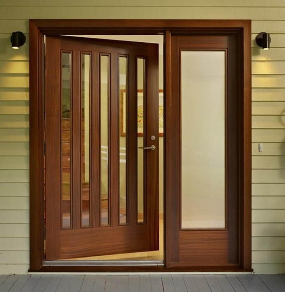 portas de madeira com detalhes de vidro