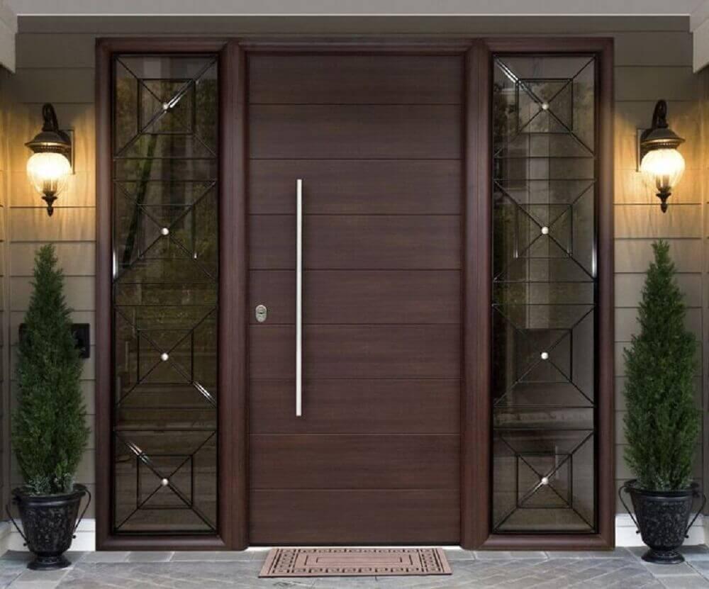 portas de madeira com detalhes em vidro