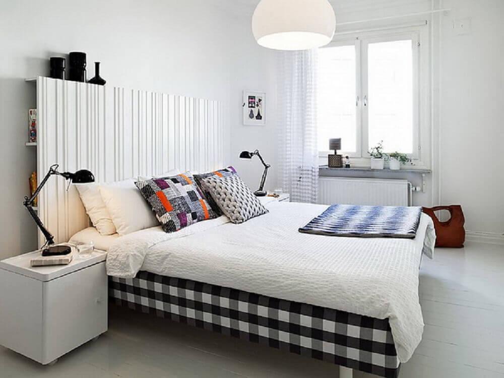 quarto com luminária de teto e luminária de mesa