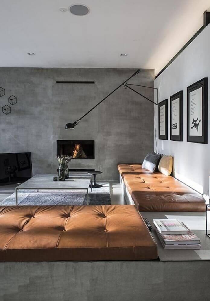 sala cinza com parede de cimento queimado
