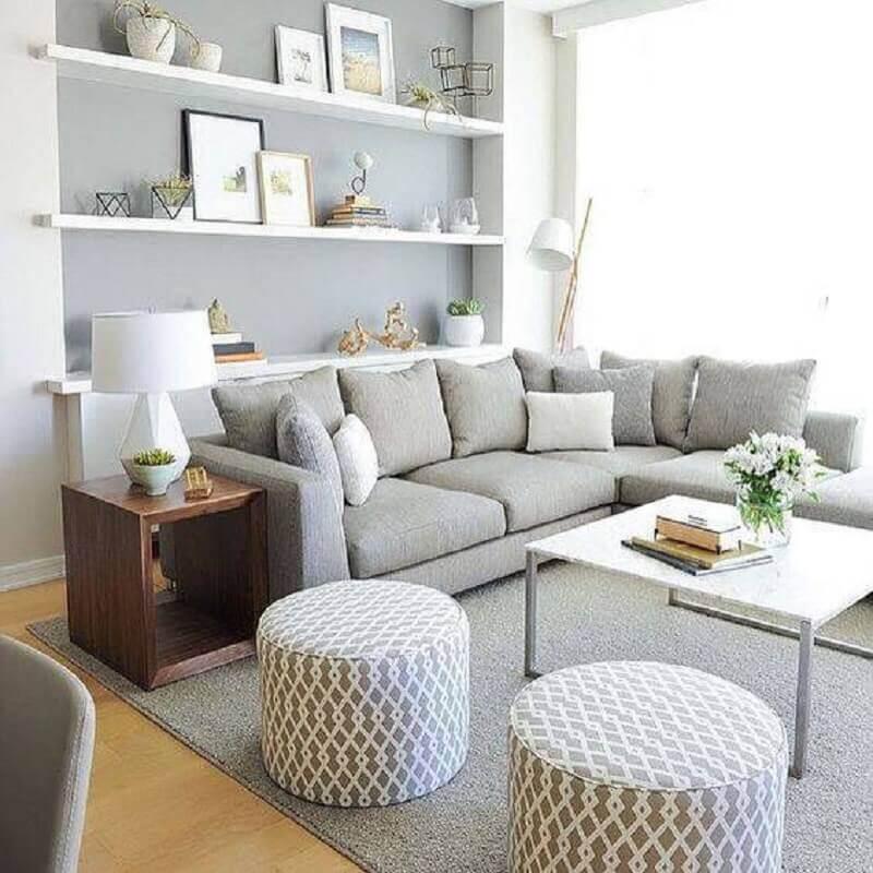 sala cinza com chaise e mesa de madeira