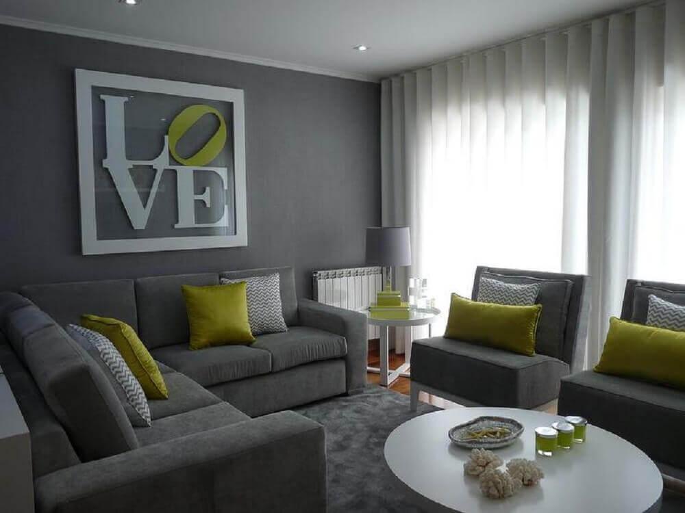 sala cinza e amarelo com almofadas