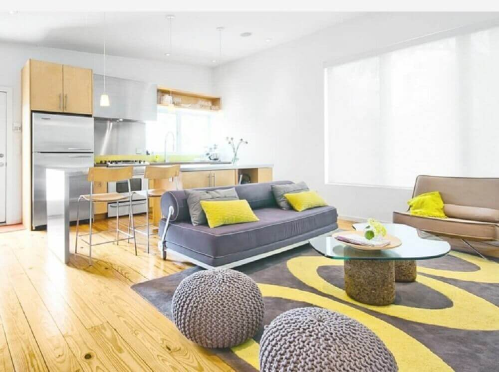 sala cinza e amarelo com tapete