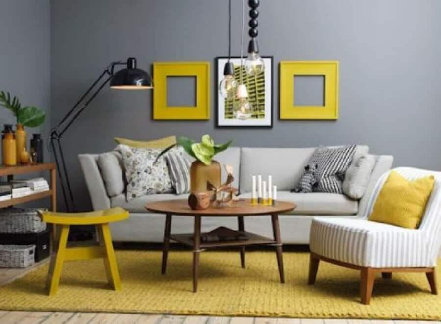 sala cinza e amarelo