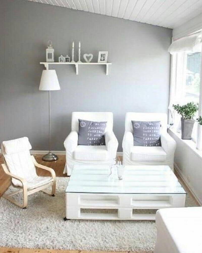 sala de estar clean com mesa de centro de pallet