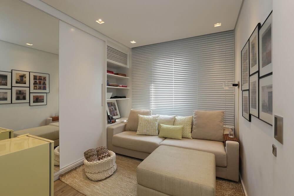 sala com espelhos e cores neutras
