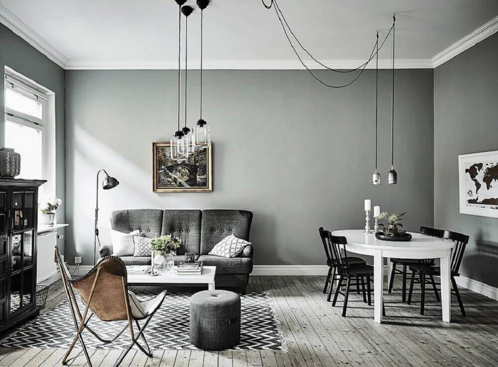 sala com parede cinza decorada
