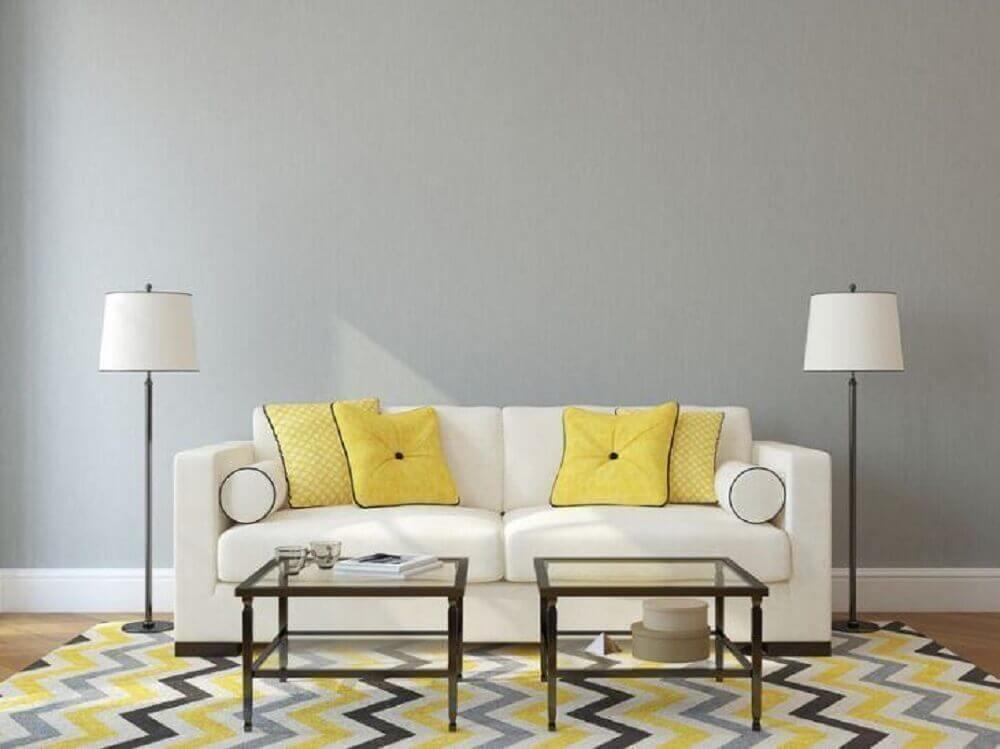 sala com parede cinza e almofadas amarelas
