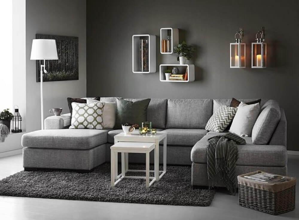 sala com parede cinza e nichos