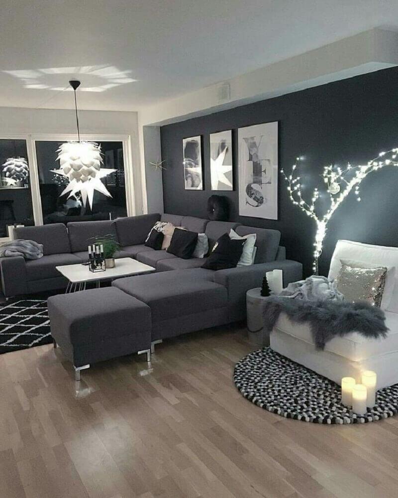 sala com parede preta e sofá cinza