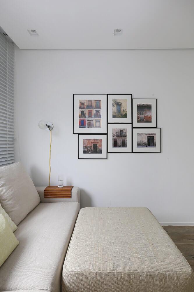 sala com quadros e luminária moderna