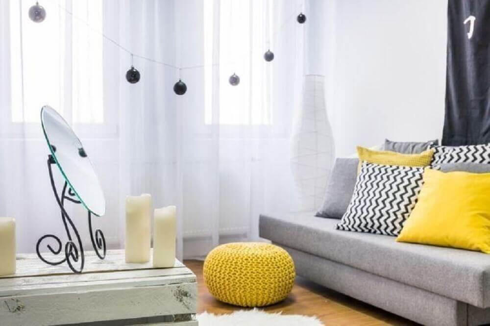 sala com sofá cinza e almofadas amarelas