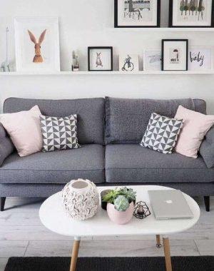 sala com sofá cinza e almofadas cor de rosa