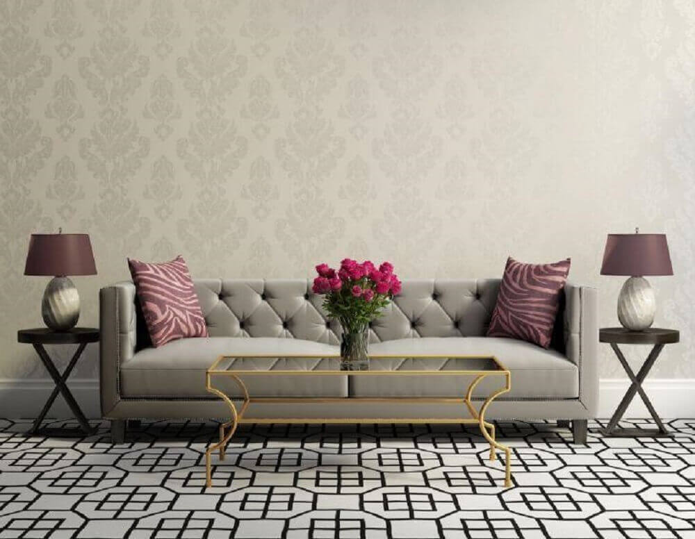 sala com sofá cinza e almofadas roxas