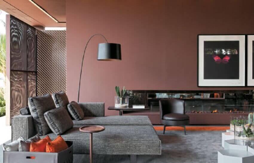 sala com sofá cinza e parede rose