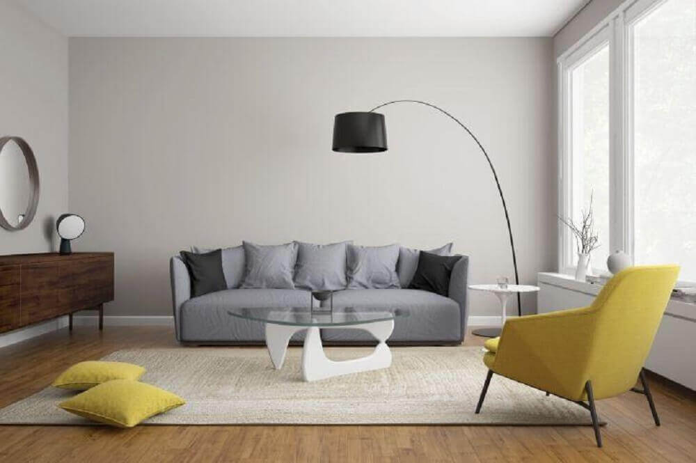 sala com sofá cinza e poltrona amarela