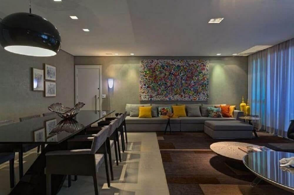 sala com sofá cinza e quadro grande