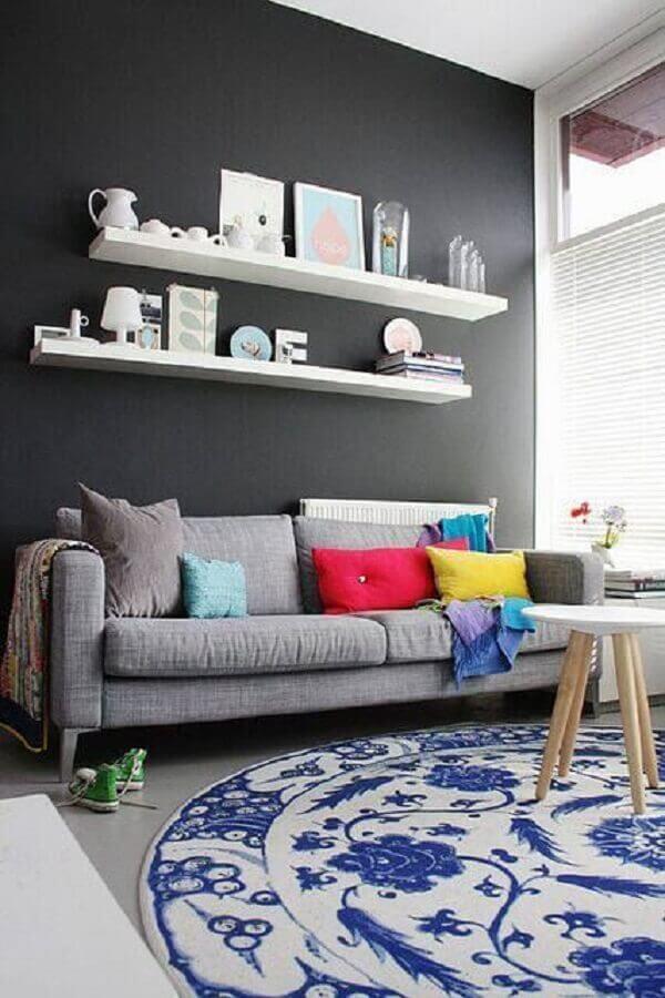 sala com sofá cinza e tapete azul