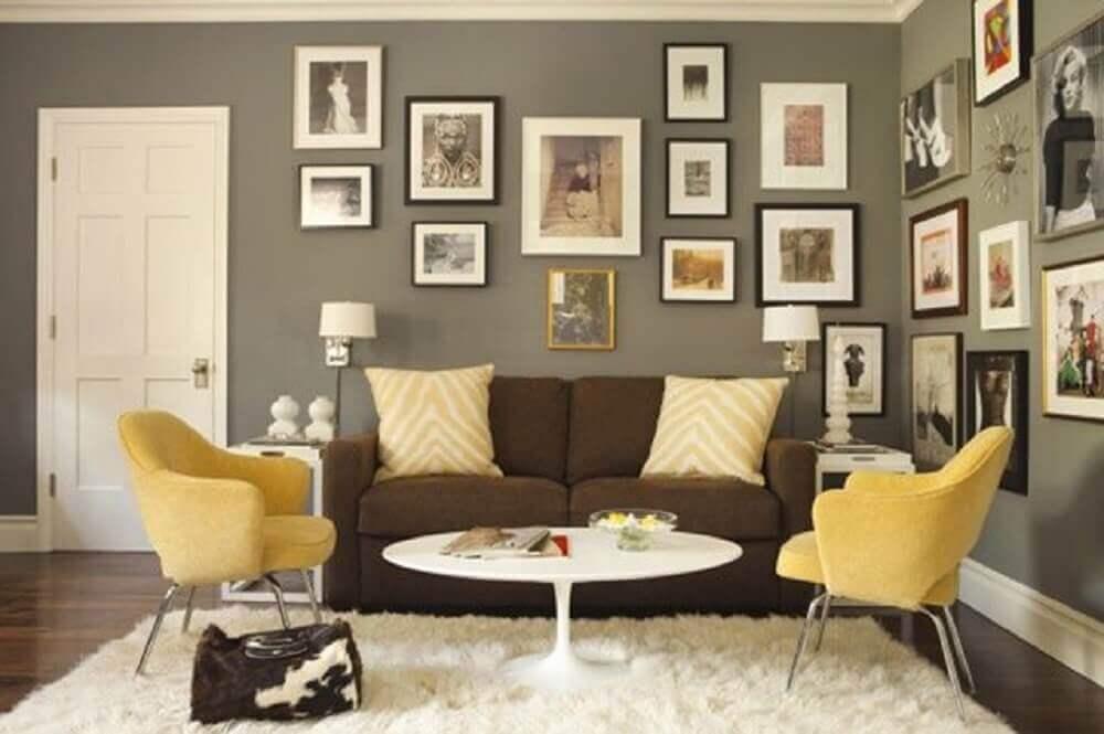 sala com sofá marrom e almofadas amarelas